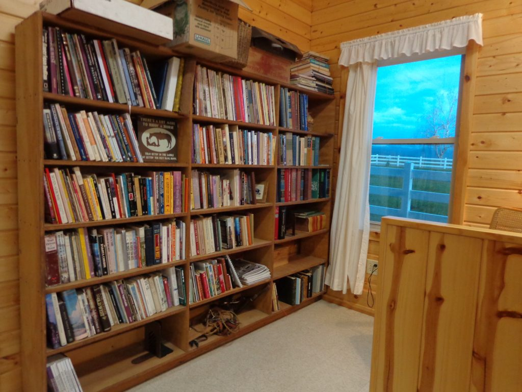 Photo showing the student library in the Doc Hammill Horsemanship accomodations